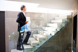 4858938-mature-homme-d-39-affaires-de-monter-un-escalier